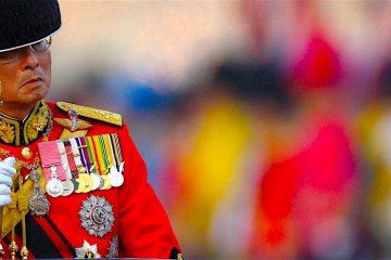 """Fotografía de archivo fechada el 2 de diciembre de 2008 que muestra al rey Bhumibol Adulyadej de Tailandia durante un desfile para celebrar su 81 cumpleaños. La Casa Real de Tailandia suspendió hoy, miércoles 12 de octubre de 2016, dos actos oficiales, tres días después de que el último comunicado médico calificara de """"inestable"""" el estado de salud del monarca, ingresado desde hace más de un año en el hospital. Bhumibol, con 88 años el jefe de Estado más longevo, fue sometido el sábado a una hemodiálisis para drenar líquido cefalorraquídeo de su cerebro, y recibió tratamiento ante una caída acusada de la presión sanguínea, según informó la Casa Real el domingo. EFE/Rungroj Yongrit"""