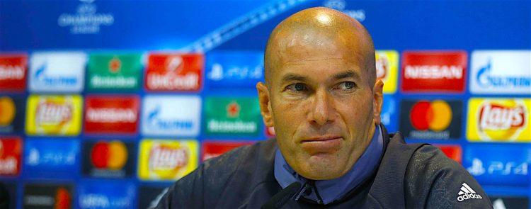 El entrenador del Real Madrid, Zinedine Zidane, durante la rueda de prensa ofrecida junto al defensa Raphael Varane, tras el entrenamiento que ha realizado el equipo para preparar el partido de mañana contra el Legia de Varsovia, correspondiente a la tercera jornada de la fase de grupos de la Liga de Campeones 2016/2017. EFE/Paco Campos