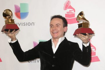 GRAM124. LAS VEGAS (EE.UU.), 17/11/2016.- El cantante colombiano Fonseca posa con sus premios a Mejor Álbum Cumbia/Vallenato y Mejor Canción Tropical durante los premios Grammy Latino hoy, jueves 17 de noviembre de 2016, en T-Mobile Arena en Las Vegas (EE.UU.). EFE/MIKE NELSON