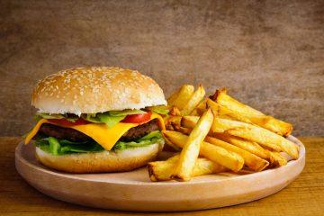 La Organización Mundial de la Salud (OMS) advirtió hoy del peligro de la publicidad de alimentos con elevadas cantidades de grasa, sal y azúcar dirigida a niños a través de redes sociales o videojuegos, dado que fomenta la obesidad infantil. (Dreamtime)