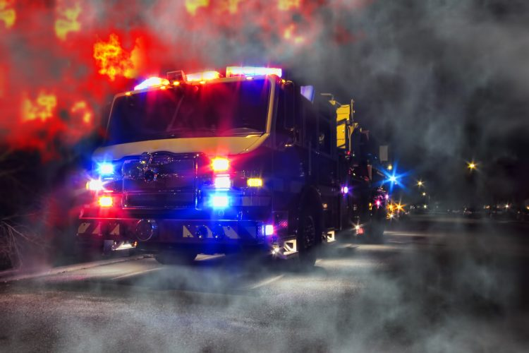 Explicó que en las tareas de extinción han participado 120 camiones y 500 bomberos, muchos de los cuales ahora se pasean por la urbe para sofocar nuevos focos mientras son premiados con pasteles por los vecinos, que agradecen la ayuda recibida. (Dreamstime)