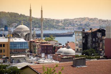 Un total de 153 de las entidades clausuradas están acusadas de tener vínculos con la cofradía del predicador islamista Fethullah Gülen, radicado en Estados Unidos y a quien Ankara acusa de haber urdido la fallida asonada. (Dreamstime)