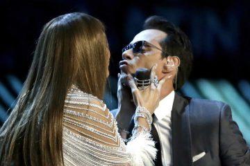 GRAM124. LAS VEGAS (EE.UU.), 17/11/2016.-Los cantantes Jennifer Lopez (i) y Marc Anthony se dan un beso durante los premios Grammy Latino hoy, jueves 17 de noviembre de 2016, en T-Mobile Arena en Las Vegas (EE.UU.). EFE/PAUL BUCK