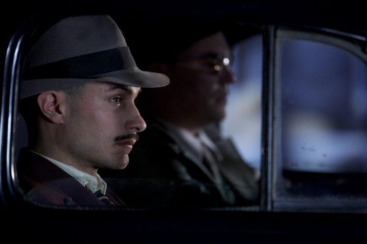 El actor Gael García Bernal interpreta a Oscar Peluchonneau, el funcionario que González Videla eligió para capturar al poeta Pablo Neruda en 1948.
