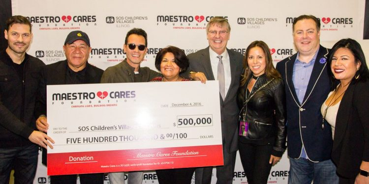 """Anthony y Cárdenas presentaron SOS con una donación de 500.000 dólares en los bastidores de este domingo, durante su concierto en Chicago, parte de su """"Marc Anthony Live Tour"""""""