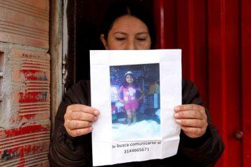 En las imágenes de la Policía se ve el momento en que un miembro de esa institución solicita a Uribe, miembro de una adinerada familia bogotana, que se identifique, y se le notifica la orden de detención. (Dreamstime)