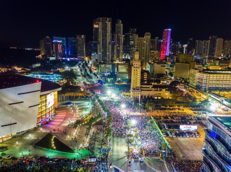 a carrera empezó con 3,400 corredores en el 2003 y ahora celebra su 15 aniversario con un aspecto completamente diferente, ya que regresa a las calles del centro de Miami, Miami Beach y Coconut Grove el 29 de enero del 2017(The DReam Team)