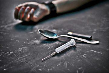 En el operativo que condujo este jueves al arresto de tres mujeres y trece hombres se encontró heroína cortada con droga sintético, además de armas. (Dreamstime)