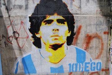 Maradona condujo a la gloria a un Nápoles que hizo grande. Habrá pocos casos en la historia en los que un solo futbolista ejerza un poder de transformación de un club tan grande como el que ejerció el astro argentino, que fue frenado en seco en Copa de Europa por el Real Madrid de la 'Quinta del Buitre'. (Dreamstime)