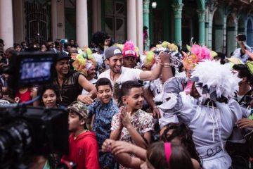 La filmación a cargo del Director Cubano Alejandro Pérez ha sido motivo de celebración y fiesta con el pueblo que se ha volcado en alegría con Enrique y todo el equipo. (Latinvision)
