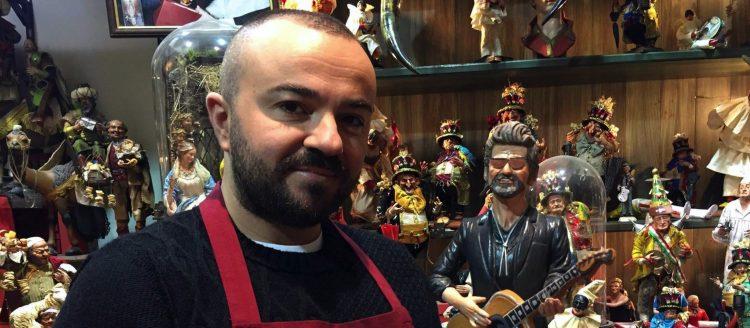 """NAP01 NÁPOLES (ITALIA) 26/12/2016.- El artesano napolitano Genny Di Virgilio posa junto a una figura que representa al fallecido cantante y compositor británico George Michael, que formará parte de un nacimiento tradicional napolitano, en una tienda de la calle San Gregorio Armeno de Nápoles (Italia) hoy, 26 de diciembre de 2016. El artista napolitano GennyDi Virgilio trabaja en esta calle, conocida como la calle de las """"figurari"""", en referencia a las figuritas utilizadas en los nacimientos navideños napolitanos. EFE/Patrizia Sessa"""
