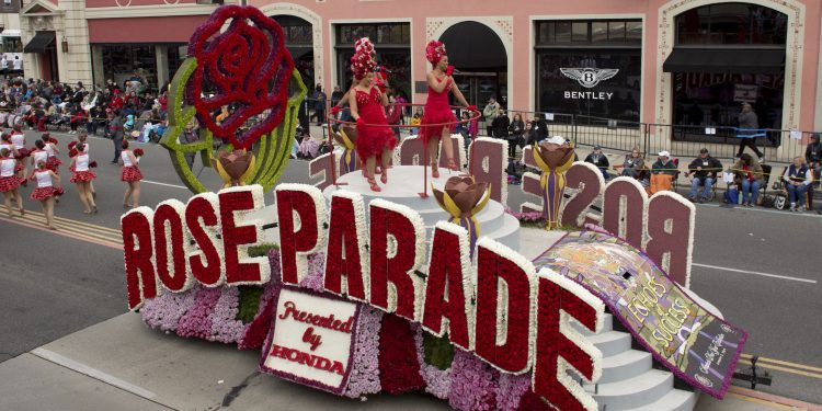 """PAS24 - PASADENA (EE.UU.), 2/1/2017.- Integrantes de una comparsa de Rose Bowl University Float desfilan hoy, lunes 2 de enero de 2017, durante el Desfile de las Rosas 2017, en Pasadena (EE.UU.). El desfile que lleva por título """"Ecos de éxito"""", se celebra desde el 2 de enero para acatar el reglamento de """"nunca en domingo"""" con que se inició este evento en 1890 para evitar que el bullicio de celebración provocara el relinchar de los caballos afuera de las iglesias. EFE/ ARMANDO ARORIZO"""