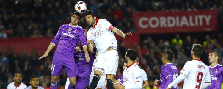 El centrocampista del Sevilla CF Vicente Iborra (d) salta por el balón con Álvaro Morata, del Real Madrid, durante el partido de vuelta de octavos de final de la Copa del Rey que se juego en el el estadio Ramón Sánchez-Pizjuán, en Sevilla. EFE/Julio Muñoz