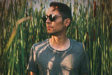 Como compositor, Abel canta lo que vive y trata de vivir en reflexión acerca de lo que viene con cada día