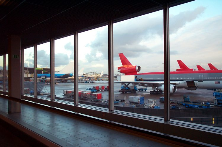 Al menos cinco personas murieron y ocho resultaron heridas cuando una persona que ya fue detenida abrió fuego después del mediodía en la zona de recogida de equipajes de este aeropuerto. (Dreamstime)