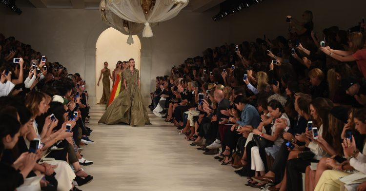 Hasta ahora, solo trece empresas de moda, como Dior, Givenchy, Chanel, Yiqing Yin o Giambattista Valli, gozaban de esta selecta denominación de origen protegida y única en el mundo.
