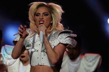 """Lady Gaga se lanzó a continuación al vacío y, sostenida por cuerdas, comenzó a cantar desde una torre su éxito """"Pokerface"""", saltando y dando volteretas en el aire antes de bajar al escenario en medio de un despliegue de pirotecnia (DReanstime)"""