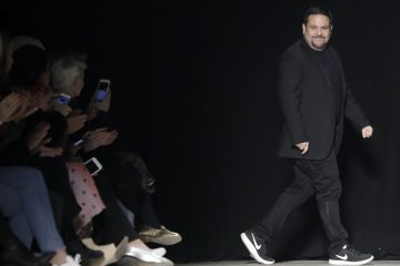 JSX48 - NUEVA YORK (EE.UU.), 14/2/2017.- El diseñador Narciso Rodriguez se presenta en la pasarela hoy, martes 14 de febrero de 2017, durante la Semana de la Moda de Nueva York (EE.UU.). La colección Otoño 2017 se presenta del 9 al 16 de febrero. EFE/ JASON SZENES