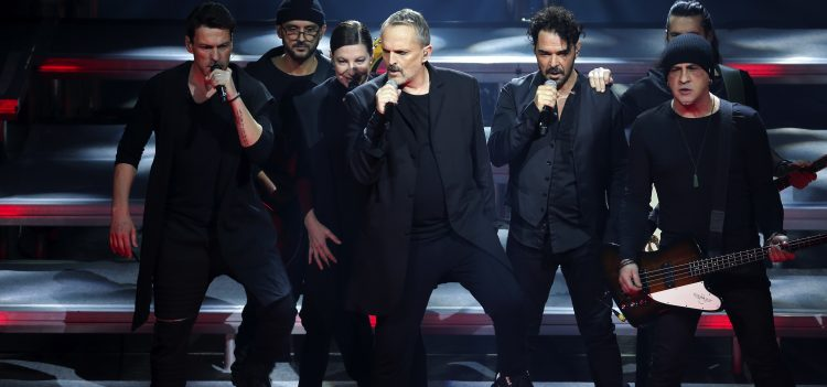 """MEX55. CIUDAD DE MÉXICO (MÉXICO), 16/02/2017.- El cantante español Miguel Bosé (c) se presenta en concierto hoy, jueves 16 de febrero de 2017, en el Auditorio Nacional en Ciudad de México (México). Bosé dio inicio a su gira internacional """"Estaré 2017"""" que promueve su más reciente trabajo, """"MTV Unplugged"""". EFE/José Méndez"""