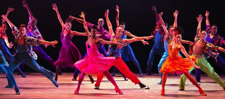 """MIA18. MIAMI (FL, EE.UU.), 17/2/2017.- Fotografía cedida hoy, viernes 17 de febrero de 2017, por la compañía Alvin Ailey American Dance Theater, de su grupo de danza durante una muestra del corto """"Moonlight x Ailey"""" en Miami (EE.UU.). El filme """"Moonlight"""", el principal competidor de """"La La Land"""" en los próximos premios Oscar, ha inspirado un cortometraje en el que """"la fuerza de su historia"""" se expresa a través de la danza y la música, según el coreógrafo Robert Battle. El director artístico de la prestigiosa compañía Alvin Ailey American Dance Theater, es el autor de la coreografía del corto """"Moonlight x Ailey"""", con el que la cineasta Anna Rose Holmer ha rendido homenaje a este filme realizado en Miami por Barry Jenkins. Battle, que, al igual que Jenkins y el guionista Tarell Alvin McCraney, se crió en Liberty City, el mismo barrio de Miami donde se desarrolla la historia de este filme intimista y de bajo presupuesto, dijo a Efe que después de ver """"Moonlight"""" le surgió la idea de expresar """"todas esas emociones"""" a través de la danza. EFE/Paul Kolnik/Alvin Ailey American Dance Theater/SÓLO USO EDITORIAL/NO VENTAS"""