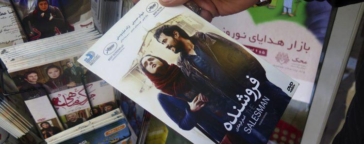 """GRA010. TEHERÁN, 24/02/2017.- La película """"El viajante"""" del iraní Asghar Farhadi a la venta en un kiosco de Teherán. La cinta ha sido un éxito de taquilla y ventas en su país, que no oculta su orgullo por el reconocimiento internacional de la obra y por el boicot a los Óscar del director y la actriz protagonista. EFE/Artemis Razmipour"""