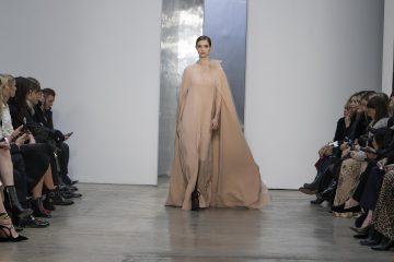 FOTODELDÍA SHM18 NUEVA YORK (NY, EE.UU.), 13/02/17.- Una modelo luce un vestido de noche con capa a juego de la colección Otoño-Invierno 2017 de la diseñadora venezolana Carolina Herrera hoy, lunes 13 de febrero de 2017, durante la Semana de la Moda de Nueva York. EFE/Miguel Rajmil