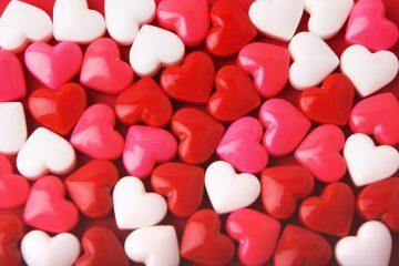 En el mercado, adornado con corazones hechos con rosas, paraban coches cuyos pasajeros adquirían flores sin bajarse del vehículo, mientras algunos transeúntes echaban un vistazo a la mercancía, que se vendía, según los comerciantes, más que otros años. (Dreamstime)
