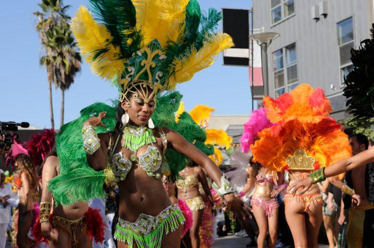 """Su mayor adversario está en Recife, """"El gallo da madrugada"""", que figura en el libro Guinness de los Récords y ha llegado a reunir a más de 2,4 millones de personas en un desfile con 16 carrozas alegóricas. (Dreamstime)"""