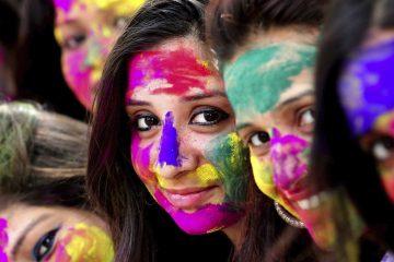 IN02 BHOPAL (INDIA) 10/03/2017.- Un grupo de estudiantes indias posan con las caras pintadas de llamativos colores durante una fiesta con motivo de la celebración del festival Holi en Bhopal (India), hoy, 10 de marzo de 2017. EFE/Sanjeev Gupta