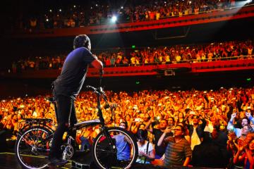 """el Artista colombiano contó con la presencia de los Auténticos Decadentes como invitados, con quienes interpretó """"La Guitarra""""; eligió """"Superhéroes"""" para realizar un emotivo homenaje a Charly García"""
