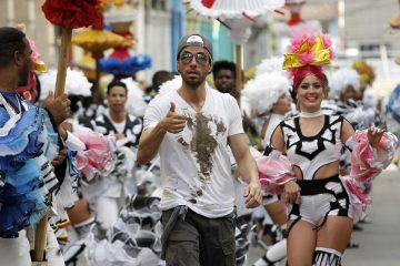"""HAB101 LA HABANA (CUBA), 10/01/2017-. El cantante español Enrique Iglesias participa hoy, martes 10 de enero de 2017, en la filmación del videoclip de su sencillo """"Súbeme la radio"""", en La Habana (Cuba). Iglesias filma en Cuba el videoclip de su sencillo """"Súbeme la radio"""", en el que canta junto al artista cubano Descemer Bueno y el dúo puertorriqueño Zion y Lenox. EFE/Ernesto Mastrascusa ** Usable by HOY and SD Only **"""