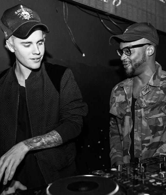 Además, Bieber llevaba una sudadera con capucha casual y una gran sonrisa, mientras cantaba junto a lo que James estaba dando vueltas y dando abrazos, y apretones de manos a la multitud de fiesta elegante(@ashelyurbvn)