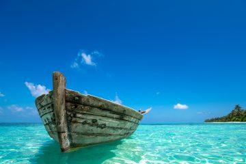 Según los primeros testimonios, citados por la cadena NTV, una lancha neumática que transportaba a 22 personas se había hundido en el intento de alcanzar la isla de Samos, que dista unos 12 kilómetros de este tramo costero. (Dreamstime)