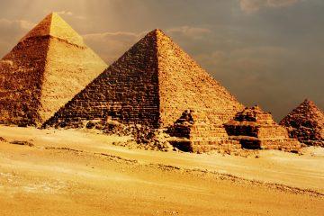 """El supervisor de conservación del laboratorio, Eisa Zidan, dijo a Efe que la madera está """"en condiciones muy malas, muy deteriorada"""", porque se filtró humedad en la cámara en la que estaban enterradas, junto a la pirámide de Keops, el segundo faraón de la IV dinastía, que reinó en Egipto entre el 2609 y el 2584 a.C. (Dreamstime)"""