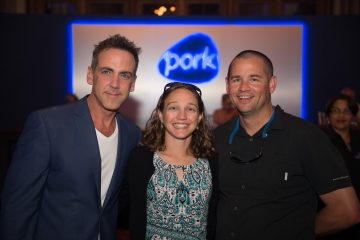 Carlos Ponce con los ganadores del sorteo  de la National Pork Board.