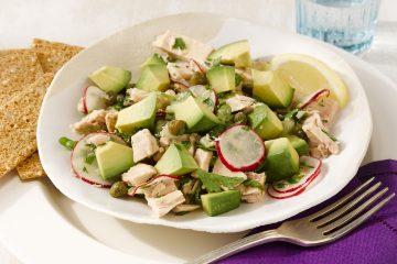 Esta ensalada es cremosa y crujiente a la vez, tiene un aderezo ligero y está llena de proteínas, perfecta para una comida rápida. (Cortesía de Saborea Uno Hoy®)