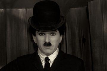 La invitación proponía a los visitantes acudir vestido con un traje negro y una camisa blanca y los organizadores proporcionaban el típico sombrero hongo, el bigote y el bastón. (Dreamstime)