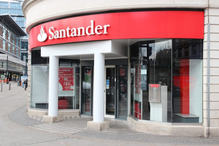 En aquella ocasión, en 2012, el veterano banquero renovó con el visto bueno del 74,76 % del capital del Banco Santander y tras su fallecimiento en septiembre de 2014, Ana Botín accedió al cargo con la aprobación del consejo de administración de la entidad. (Dreamstime)