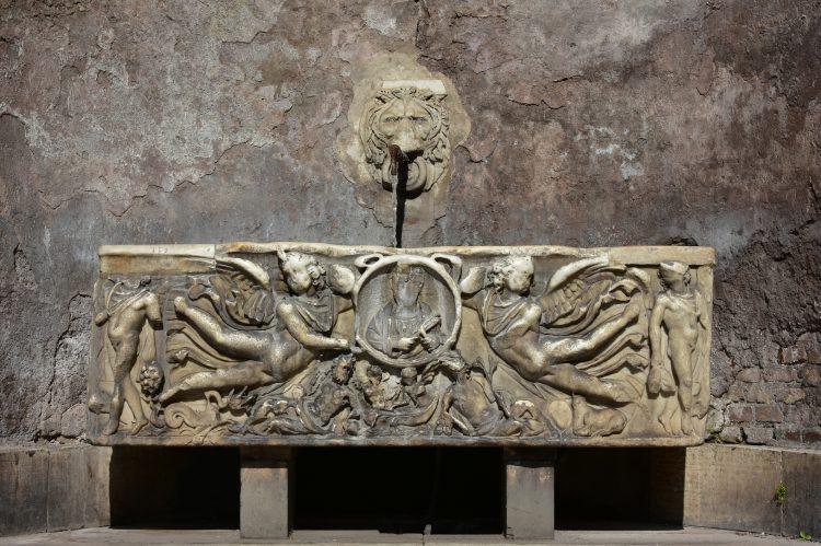 El sarcófago contiene una osamenta humana, restos de textiles y varios recipientes y del estudio de su contenido los expertos han deducido que albergaba el cuerpo de una mujer de clase alta. (Dreamstime)