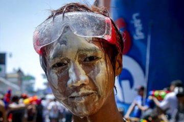 Hasta el próximo lunes, cuando finaliza el Festival del Agua o Songkran, nadie está a salvo de recibir un remojón, incluidos los policías o los monjes budistas (EFE)