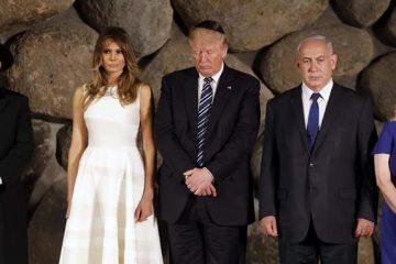 Trump, tocado con una kipá (solideo judío), participó junto a Melania, su hija Ivanka y su yerno, Jaled Kushner, en una sobria ceremonia en la Sala del Recuerdo, donde encendió una vela en honor de los seis millones de víctimas del Holocausto, sobre lápidas donde yacen cenizas halladas en los campos de exterminio. (EFFE)