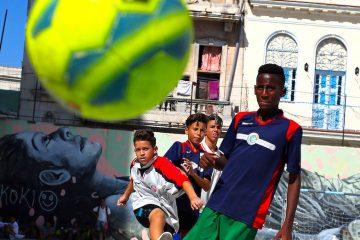a veces incluso descalzos, al fútbol, un deporte que cada vez se vive con más fervor en la isla