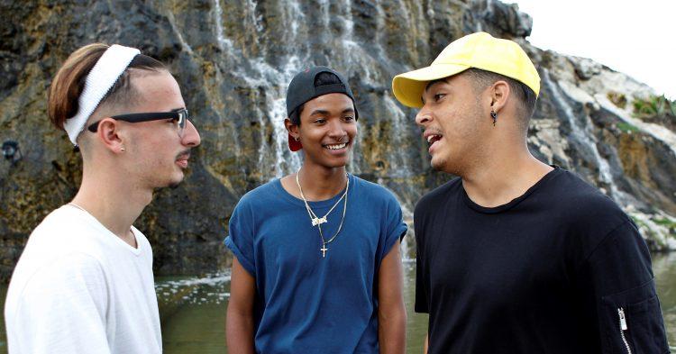 Acompaña crónica CUBA INTERNET / HAB 103 - LA HABANA (CUBA), 30/5/2017.- Fotografía del 23 de mayo de 2017, de los youtubers Kevin(i), José(c) y Anel (d) del canal Palanganeando en Youtube, quienes conversan con Efe, sobre las características de su canal, en La Habana, Cuba. De manera paralela a la tímida apertura de internet en Cuba, se abre paso una pequeña e incipiente comunidad de youtubers, una generación de millenials que comparte su vida con humor en la red en medio de las dificultades de conexión en la isla, donde llegan sin embargo a un público cada vez más numeroso. EFE/Ernesto Mastrascusa
