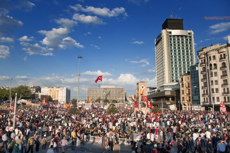 Cientos de personas se manifiestan en contra de los recortes impuestos por la Junta de Supervisión Fiscal (JSF) ejecutados por el gobierno de Ricardo Rosselló. (Dreamstime)