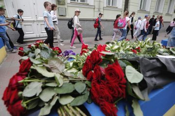 Numerosos niños caminan junto a flores colocadas como homenaje a las víctimas del ataque de Manchester frente a la Embajada del Reino Unido en Kiev (Ucrania) hoy, 23 de mayo de 2017. Un terrorista suicida provocó anoche la muerte de 22 personas, entre ellas niños, al hacer explotar un artefacto de fabricación casera junto al estadio Manchester Arena, informó hoy la Policía de esa ciudad del norte de Inglaterra. EFE/Sergey Dolzhenko