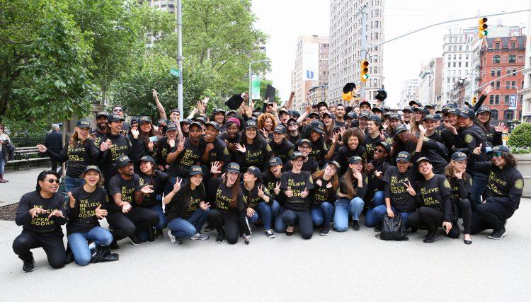 """Los cien embajadores de los resorts vistieron camisas y sombreros con el mensaje """"Some Believe in Walls, We Believe in Open Doors"""" y estuvieron en distintas locaciones de Madison Square Park y Union Square Park (cortesía La Colección)"""