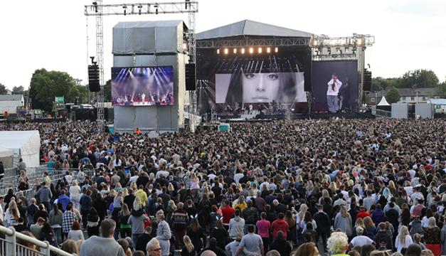 De los congregados, 14.000 personas ya estuvieron viendo a esa cantante hace quince días y regresaron hoy pese a que el reciente atentado en el Puente de Londres y en el mercado de Borough ha vuelto a conmocionar al Reino Unido (EFE)