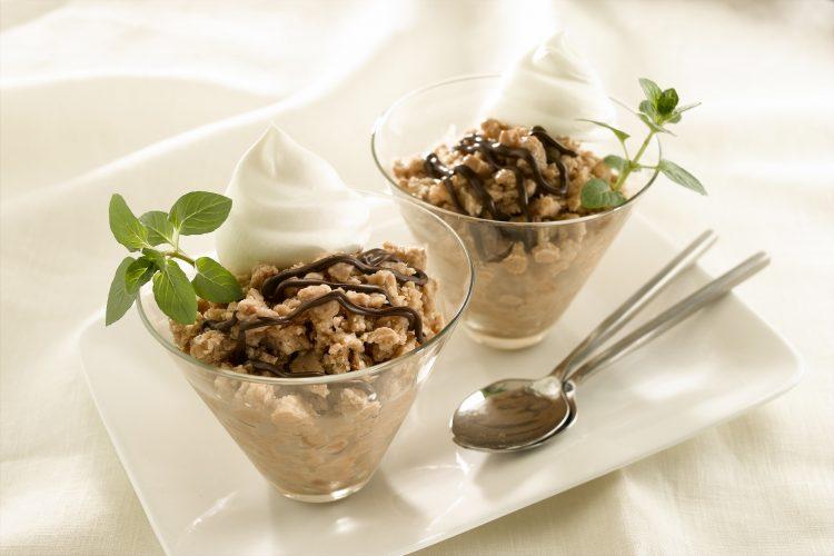 Para servir, revuelva con un tenedor y sírvala en copitas para helado. Adorne, si lo desea, con crema batida, más jarabe de chocolate y hojas de hierbabuena. (Cortesía de Vivemejor)