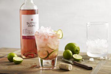 Exprime la lima en el vaso, y frotar la cuña alrededor del borde de la copa antes de añadir a la bebida. (Cortesía sutter  home)