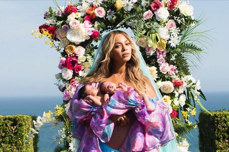 La estrella del pop posa además ante un gran arreglo floral, en lo que parece un jardín con vistas al mar y con una escenificación en la que resalta su maternidad. (foto instagram)